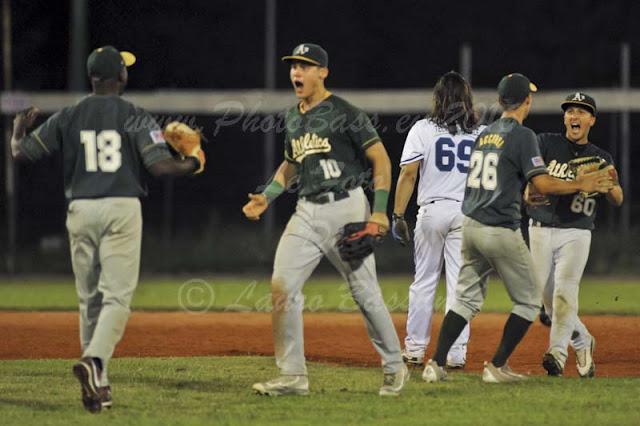 L'urlo liberatorio della squadra dopo l'ultimo out di Gara2 (da PhotoBass)