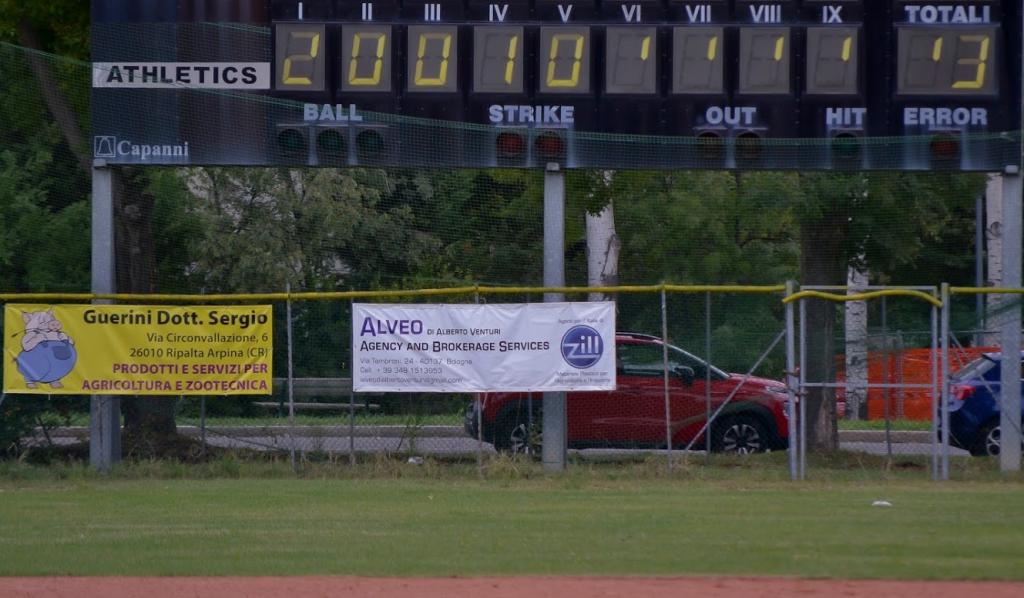 Esempi di cartellonistica allo stadio di baseball Pilastro
